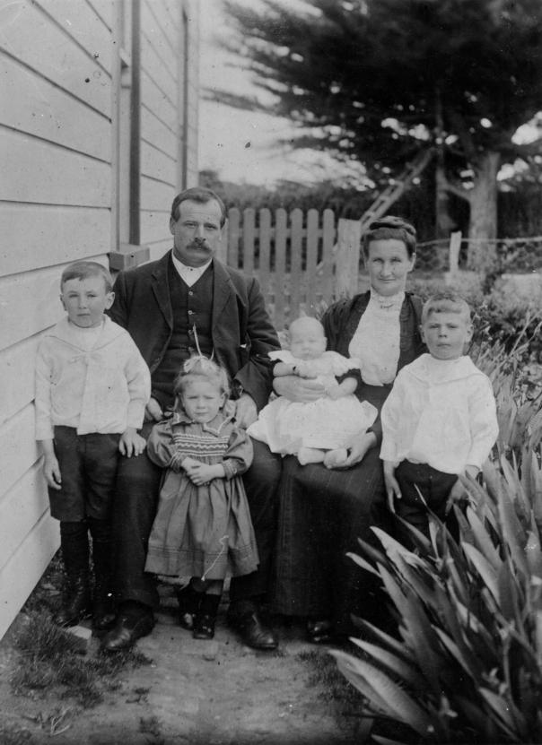 00.104 Charlie and Lizzie Cousins, Patea. Children - Godfrey, Jessie, Sid (baby), Ernie