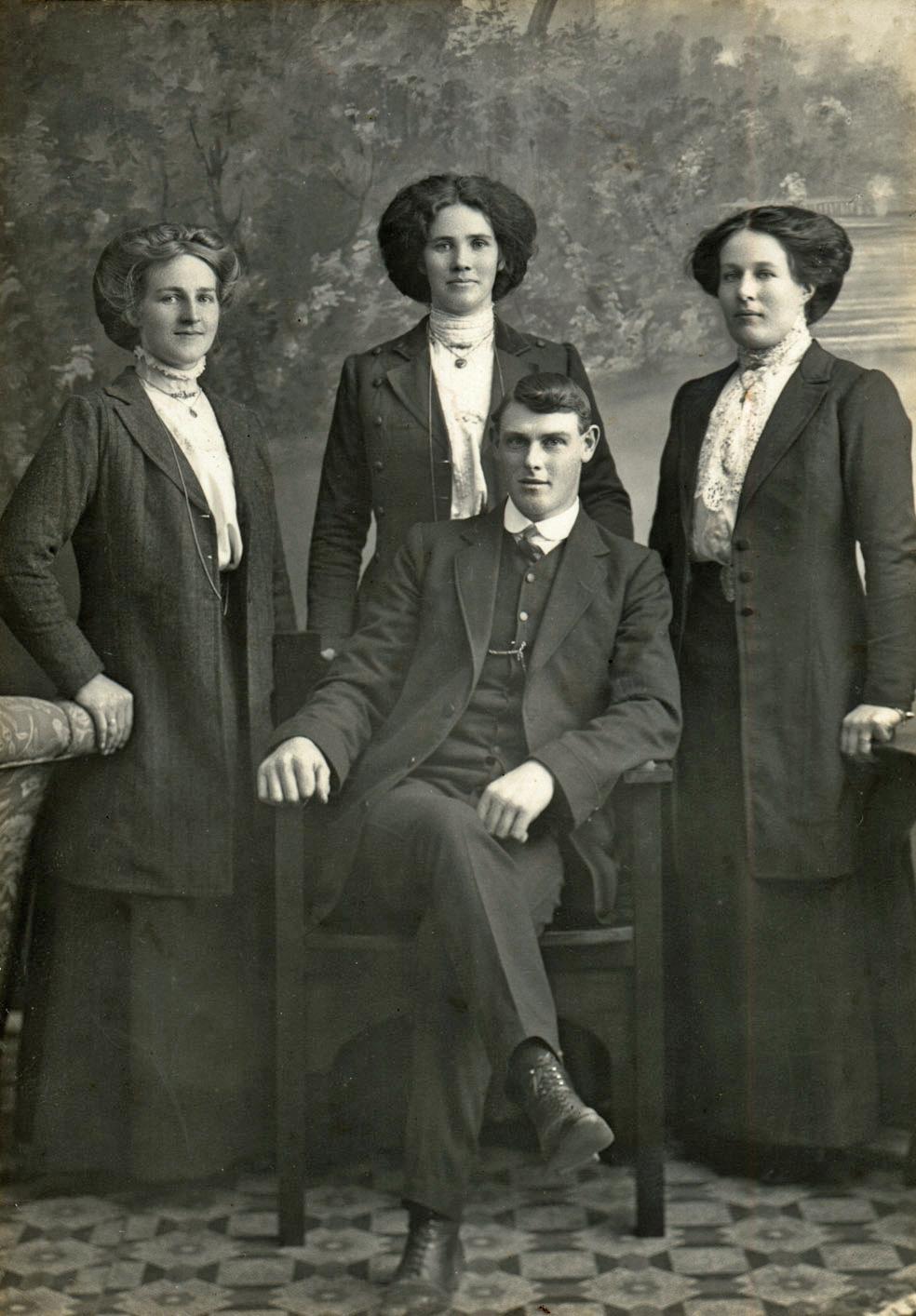 01.296 Emily Hurley, Jillie, Elsie, Norman Lithgoe (H.J