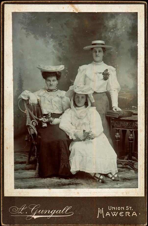 01.306 Mable Gibbs (Scown), Elsie and Annie Foreman c1909 (H